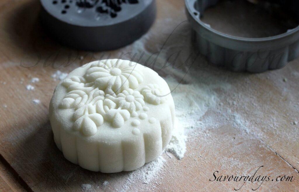 bánh dẻo truyền thống với vỏ bánh được làm bằng bột nếp